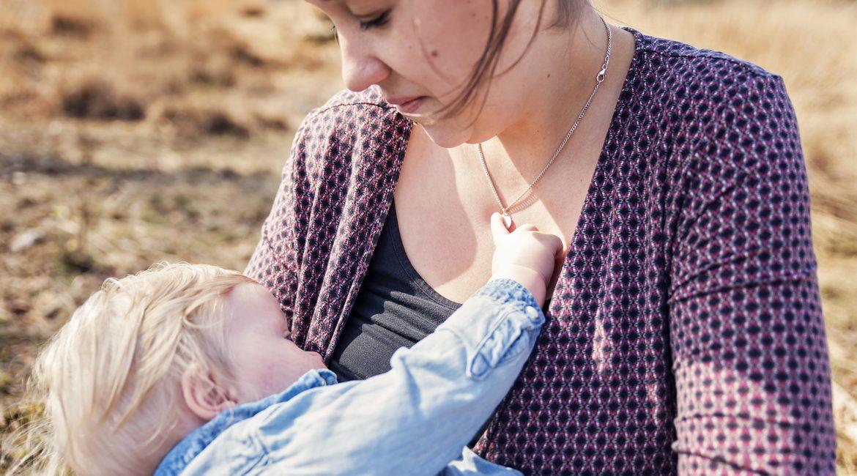 Borstvoedingsreportage Lidia in het bos van Anloo