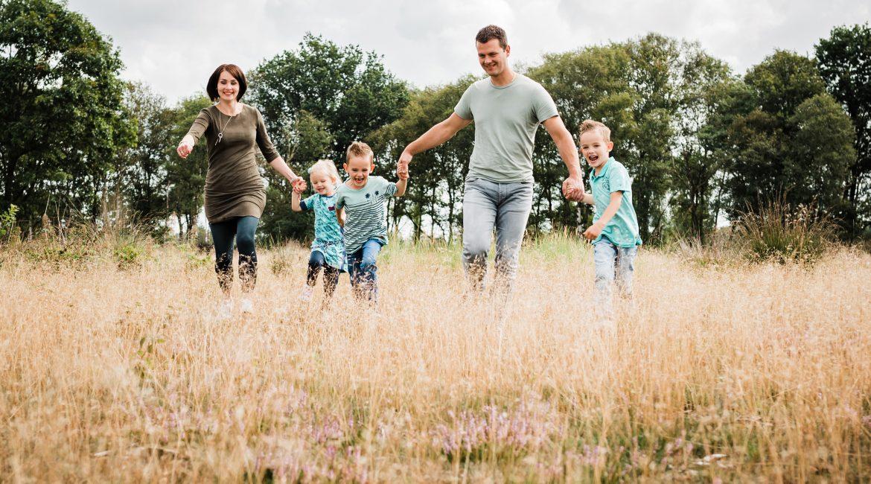 Gezinsfoto's op de heide Balloërveld | familiefotograaf Drenthe